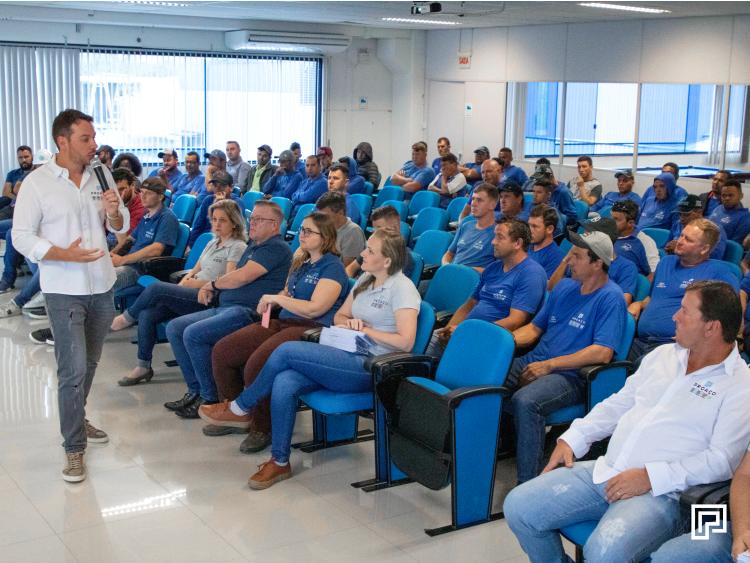 A semana na PROAÇO começou com reunião entre as equipes de montagens externas.