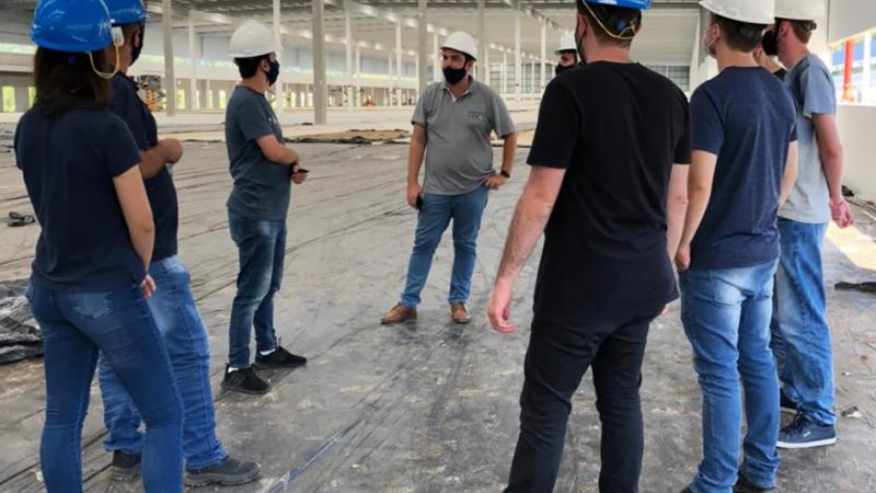 Integrantes da equipe de projetos da PROAÇO realizam visita técnica em obras