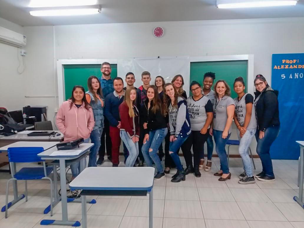 Profissionais da PROAÇO participam de bate-papo com jovens sobre inserção no mercado de trabalho.